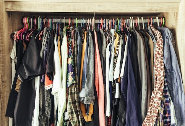 Cintres avec des vêtements différents dans le placard Photo Premium