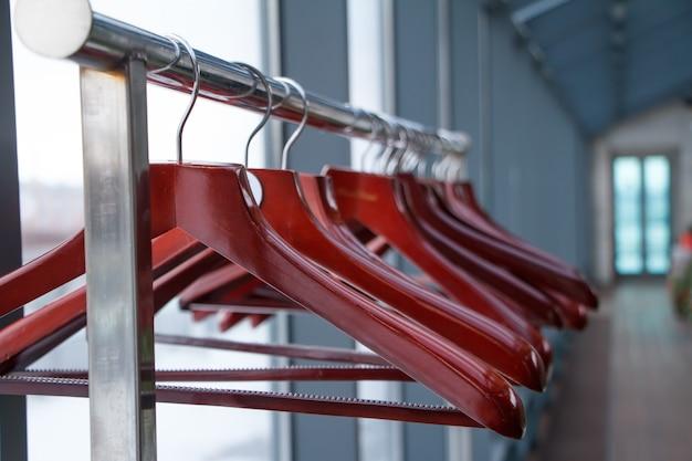 Cintres vides en magasin, la vente est terminée, armoire dans un restaurant ou un café Photo Premium