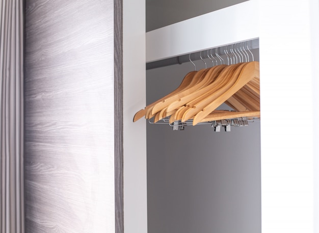 Cintres vides suspendus dans le placard Photo Premium
