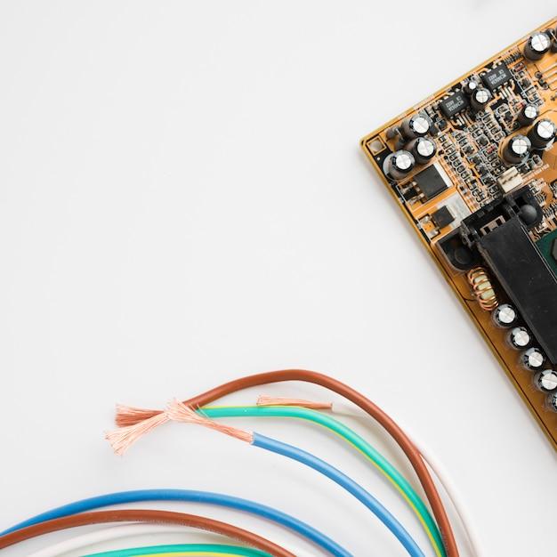 Circuit Imprimé Et Câble Isolé Sur Fond Blanc Photo Premium