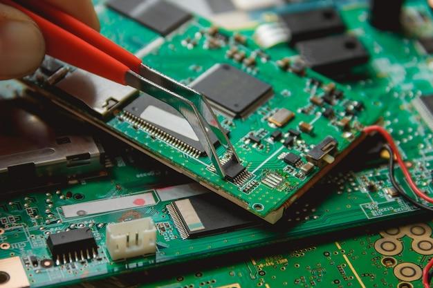 Circuit imprimé avec de nombreux composants électriques Photo Premium
