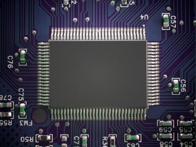 Circuit imprimé avec puce. vue de dessus technologie concept fond. Photo Premium