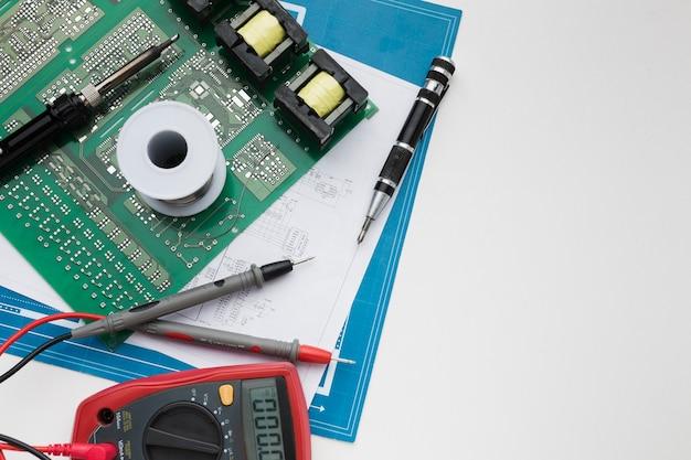 Circuit Imprimé Vue De Dessus Avec Multimètre Photo gratuit