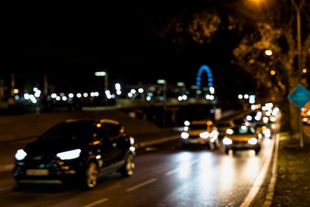 Circulation automobile dans les rues de nuit Photo gratuit