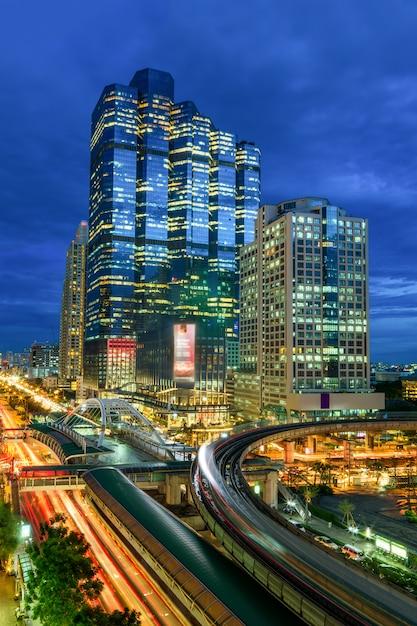 Circulation de bangkok la nuit. Photo Premium