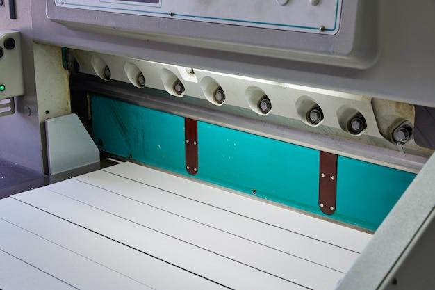 Cisaille guillotine en papier pour machine d'impression Photo Premium