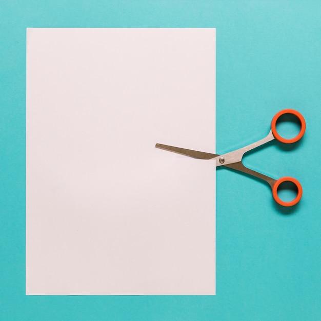Ciseaux à Découper Le Papier Sur Fond Bleu Photo gratuit