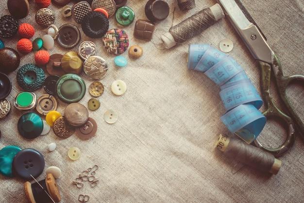 Ciseaux pour couper des tissus, des motifs, des tissus, des fils et des boutons. mise au point sélective. Photo Premium