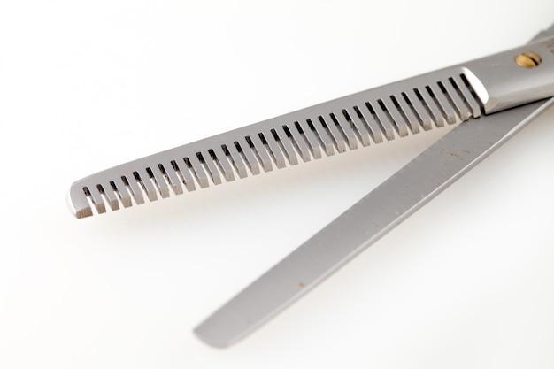 Ciseaux professionnels pour les coupes de cheveux isolés sur fond blanc Photo Premium
