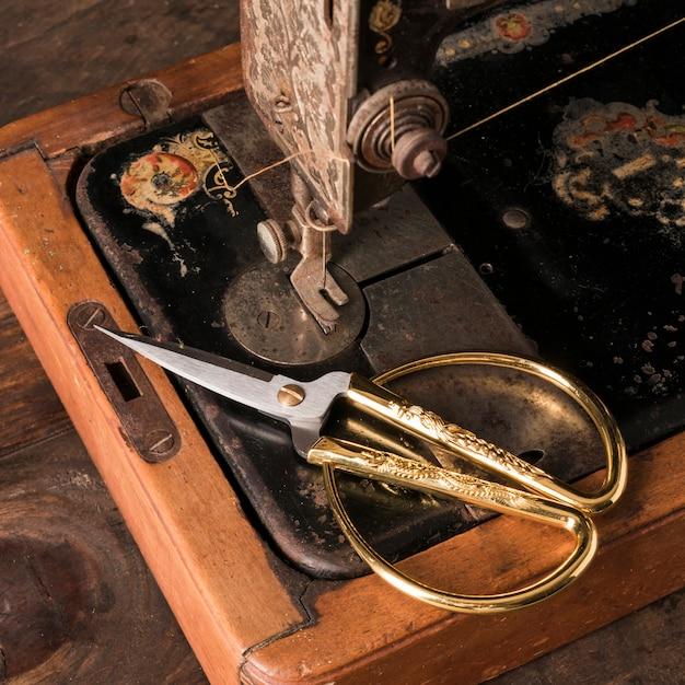 Ciseaux sur une vieille machine à coudre Photo gratuit