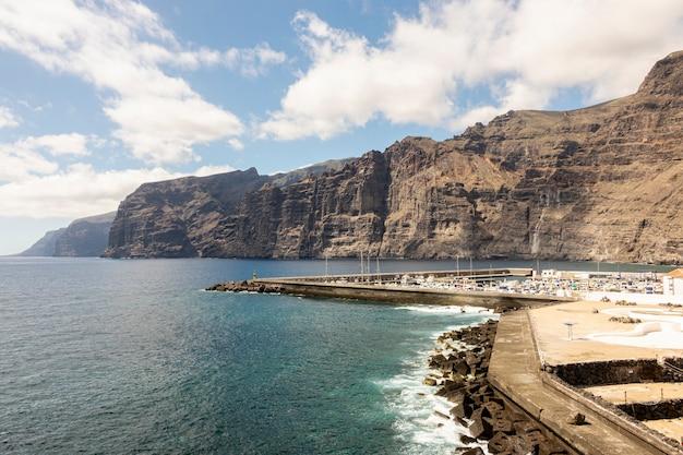 Cité littorale avec haute falaise sur fond Photo gratuit