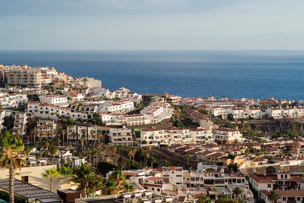 Cité littorale avec vue sur la mer Photo gratuit