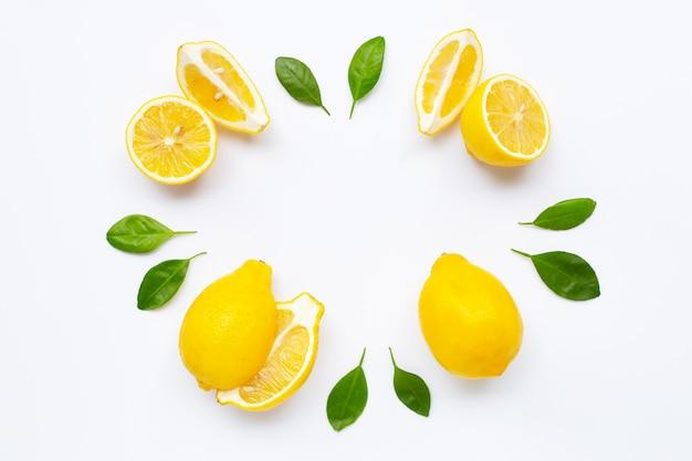 Citron frais avec des feuilles isolés sur blanc Photo Premium