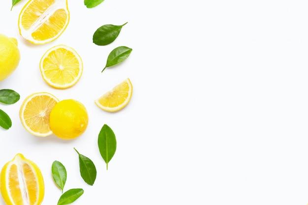 Citron frais avec des feuilles vertes sur blanc Photo Premium