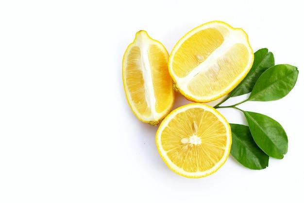 Citron Frais Avec Des Feuilles Vertes Sur Fond Blanc. Photo Premium