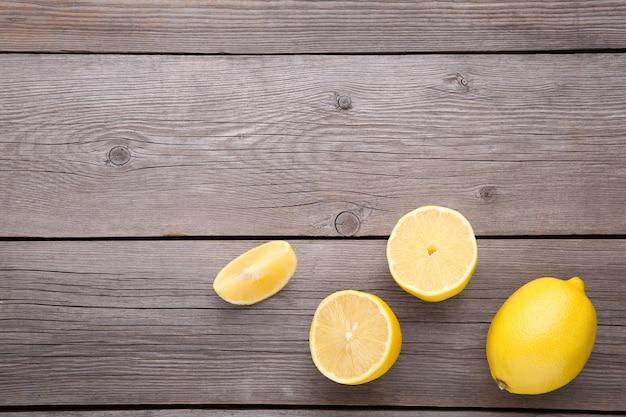 Citron frais sur fond gris. fruit exotique. Photo Premium