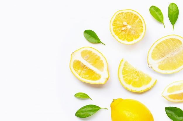 Citron frais avec des tranches isolés sur blanc. Photo Premium