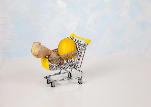 Le Citron Et Le Gingembre Se Trouvent Dans Un Panier D'épicerie De Supermarché Photo Premium