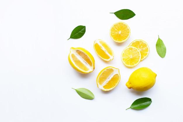 Citron et tranches avec des feuilles isolées Photo Premium