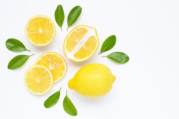 Citron et tranches de feuilles isolés on white Photo Premium