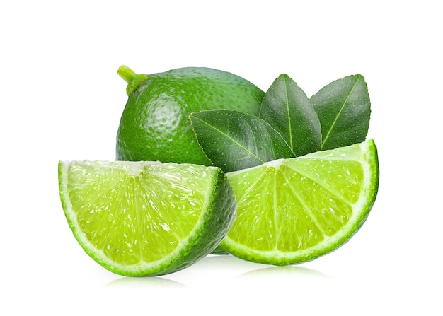 Citron vert avec feuille sur fond blanc Photo Premium