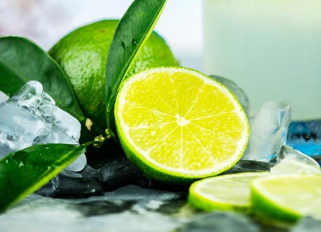 Citron vert frais pour la recette de mojito Photo gratuit