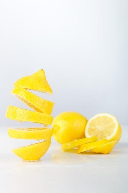 Citron volant. citron en tranches Photo Premium