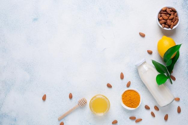 Citron, Yaourt, Noix D'amande, Curcuma Et Miel Sur Fond Blanc. Cinq Produits Pour L'immunité. Menu De Nourriture De Fond. Photo Premium
