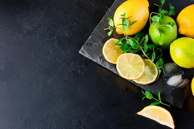 Citrons et citrons verts à la menthe Photo Premium