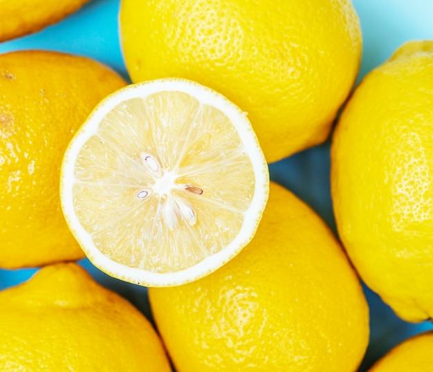 Citrons frais coupés Photo gratuit