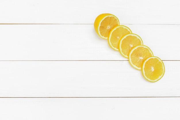 Citrons frais sur fond de table en bois Photo Premium