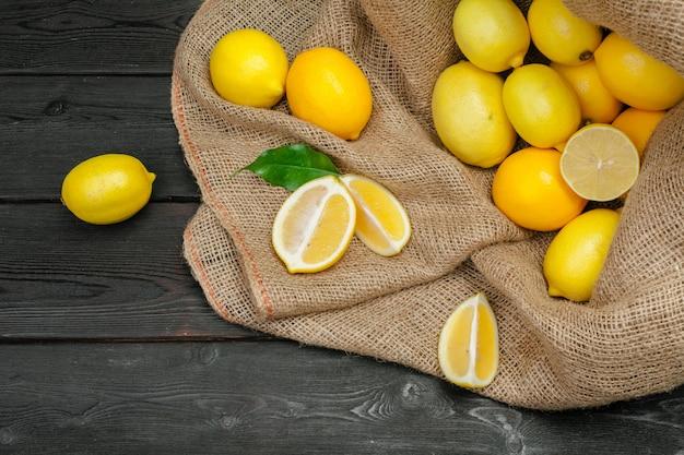 Citrons frais sur une table en bois. Photo Premium