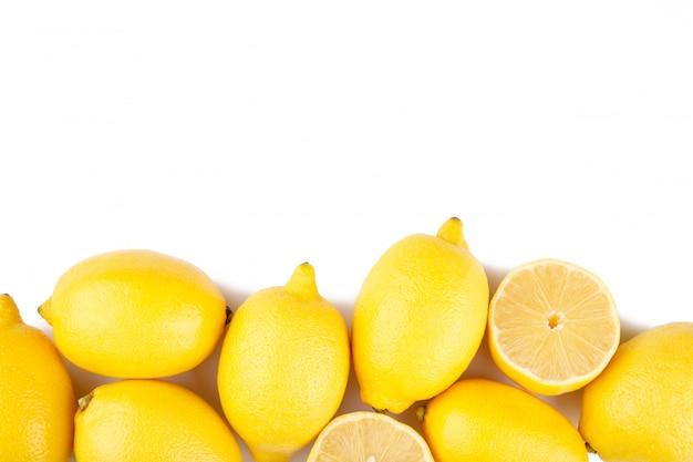 Citrons isolés sur fond blanc. fruit exotique. Photo Premium