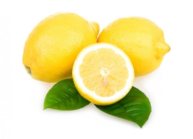 Citrons jaunes mûrs isolés sur fond blanc Photo Premium