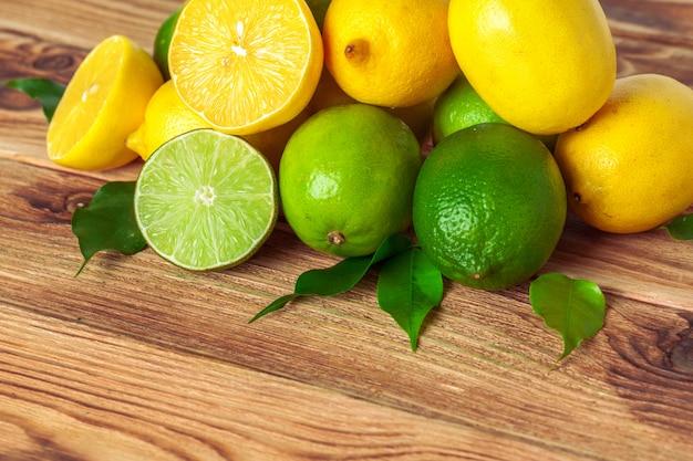 Citrons et limes sur un support en bois Photo Premium