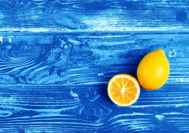 Citrons Magnifiques Et Mûrs Sur Une Table En Bois Bleue Photo Premium