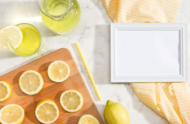 Citrons en tranches avec espace copie blanche Photo gratuit
