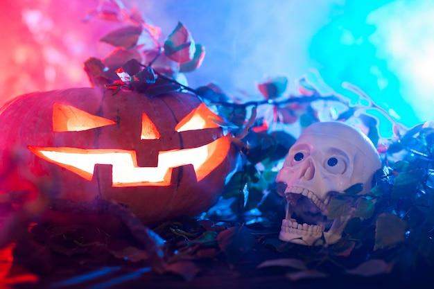 Citrouille d'halloween dans une forêt mystique la nuit. Photo Premium