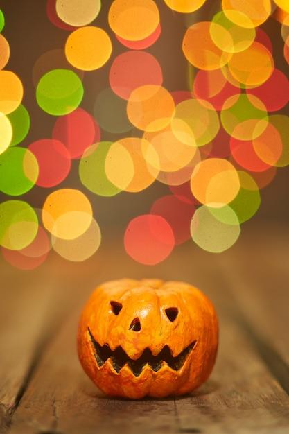 Citrouille d'halloween sur un fond de lumières bokeh Photo Premium