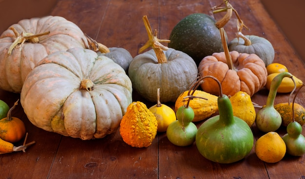 Citrouille d'halloween nature morte sur une table en bois Photo Premium