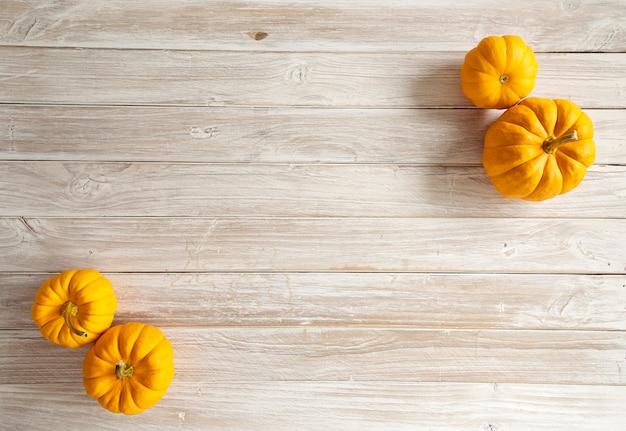 Citrouille d'halloween sur la planche de bois Photo Premium