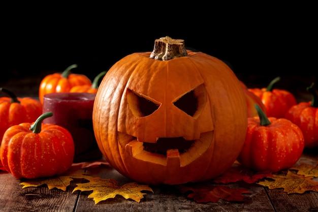 Citrouille D'halloween Sur Table En Bois Et Fond Noir Photo Premium