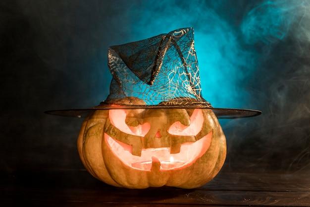 Citrouille Sculptée Fantasmagorique Avec Chapeau Photo gratuit