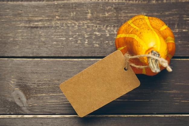 Citrouille sur une vieille table en bois rustique. Photo Premium