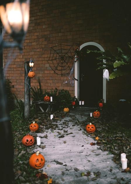 Citrouilles d'halloween et décorations à l'extérieur d'une maison Photo gratuit