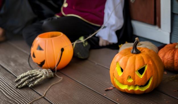 Citrouilles d'halloween et décorations en plein air Photo gratuit