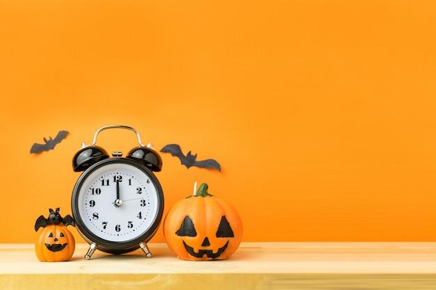 Citrouilles d'halloween sur une table en bois Photo Premium