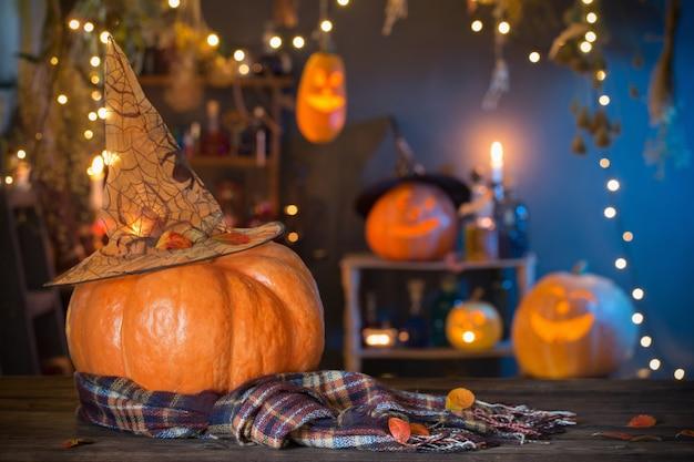 Citrouilles D'halloween Sur La Vieille Table En Bois Décorations D'halloween Photo Premium