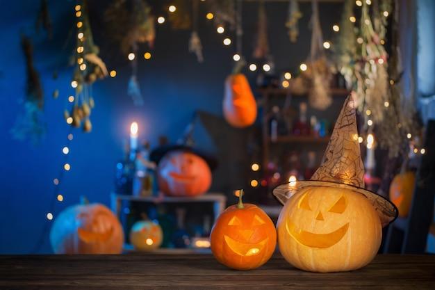 Citrouilles D'halloween Sur La Vieille Table En Bois Sur Fond Décorations D'halloween Photo Premium