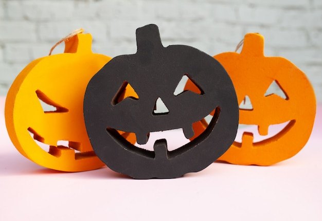 Citrouilles d'halloween visages effrayants orange et noir Photo Premium
